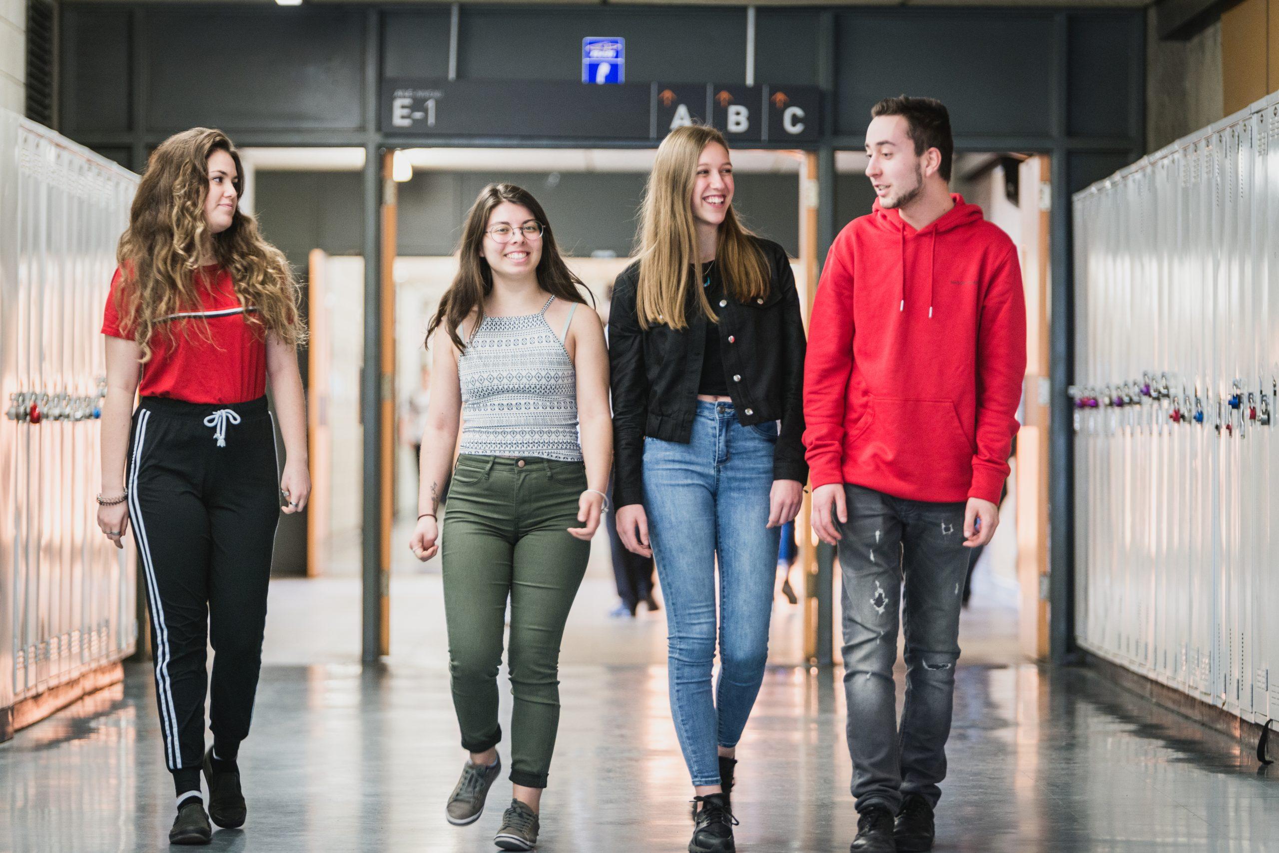 Groupe d'étudiants qui marche