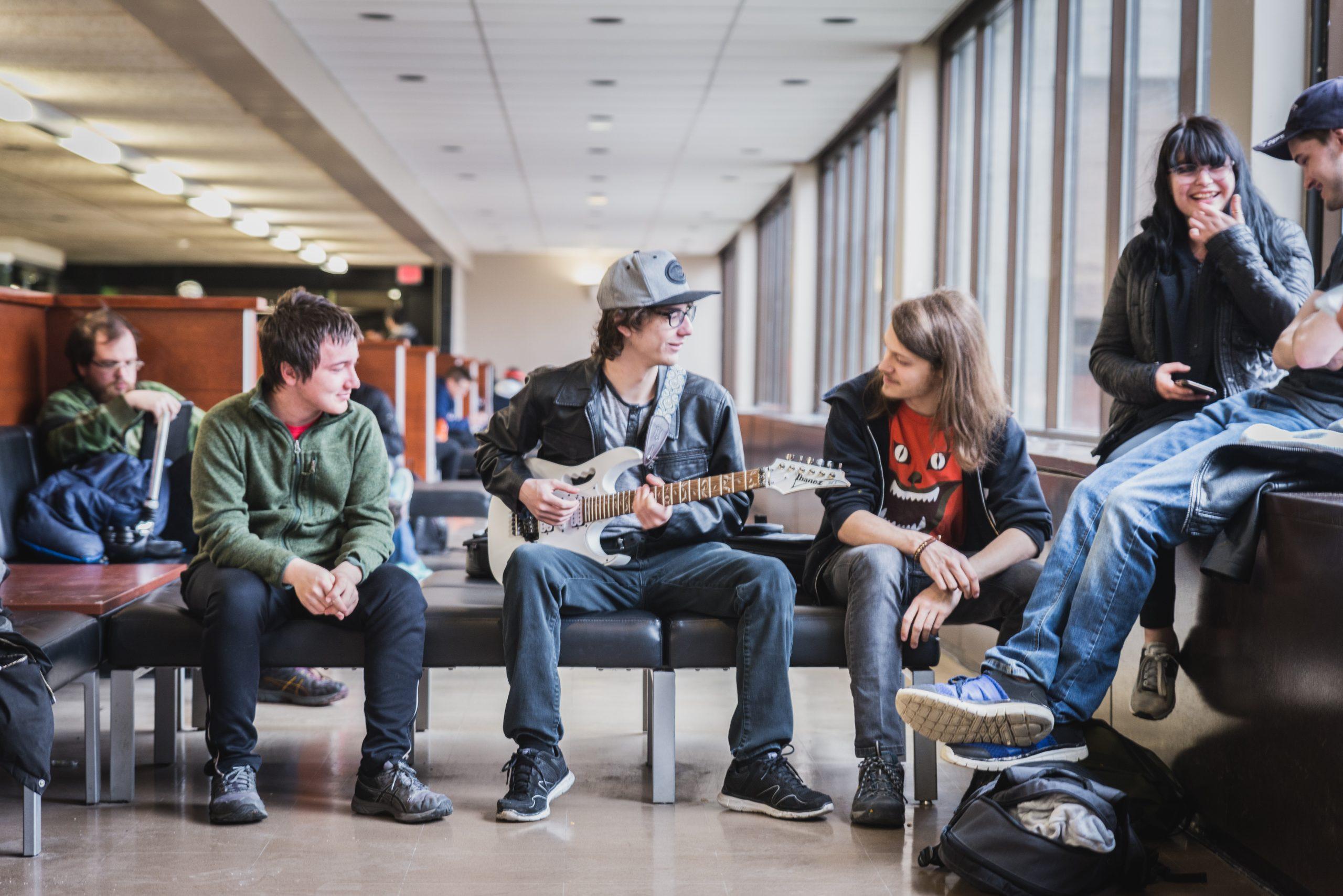 Groupe d'étudiants qui discute ensemble